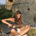 Dcerka venku s kytarou