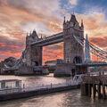 Peklo nad Tower Bridge