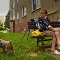 pes a starší paní s jablkem