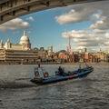 Člun pod mostem