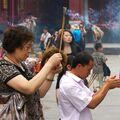 Věřící v Lamaistickém chrámu v Pekingu
