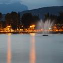 Večerní Lago di Garda s vodotryskem