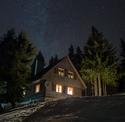 Mléčná dráha nad lyžařskou chatou