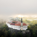 Děčínský zámek v mlze