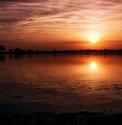 Západ slnka nad rybníkom
