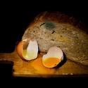 Starý chléb a vejce.