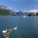 Jezero Traunsee s vodním zámkem Ort v Rakousku