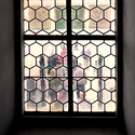 Lidé za vitráží