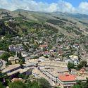 Albanské město Gjirokaster zbudované na horském svahu.