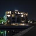 Noční fotografie s pohledem na budovu