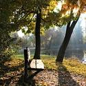 Naše odpočinková lavička ve stínu podzimního slunce
