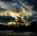 Schovaný západ slunce u řeky