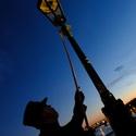 Rožíhání plynových lamp na Karlově mostě