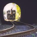 Parní lokomotiva před tunelem