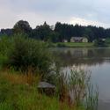 Hůrecký rybník s nádražím na pozadí