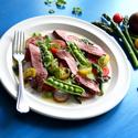 Grilovaný flank steak se sezonní zeleninou a bazalkovým pestem