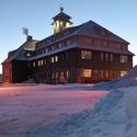 Hotel Fichtelberghaus při svítání.