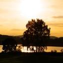 Západ slunce u rybníka.