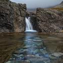 Podvodní oblázkový chodníček k vodopádu ve Fairy Pools