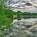 ... divoké nebe u rybníka.