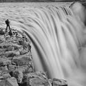 Fotograf nad vodopádem Detifoss, Island