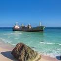 Na Fazayah Beach uvízlá loď