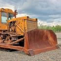 Starý buldozer v expozici jednoho kovošrotu.