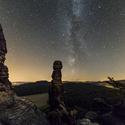 Skalní pana Barbarine pod hvězdnou oblohou