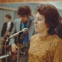 KOncentrovaná zpěvačka