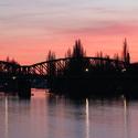 Železniční most v Praze za soumraku