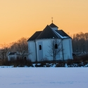 Šikmý kostel sv. Petra z Alkantary v zimní atmosféře