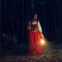 Kracejici karkulka napric temnym lesem