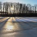 západ nad zamrzlým rybníkem