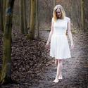 Bosá blondýna v bílém
