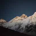 Mt. Everest po západu slunce.