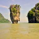 Exotický ostrov Jamese Bonda a slavný vápencový útvar Ko Tapu v Thajsku proslavená filmem Muž se zlatou zbraní. Skála stojí u pobřeží thajského národního parku Ao Phang-Nga
