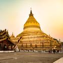 Zlatá Shwezigon pagoda v Baganu, Myanmar