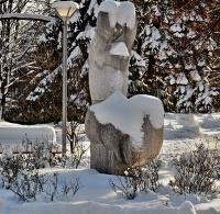 mistr sochář zapomněl na čepici...