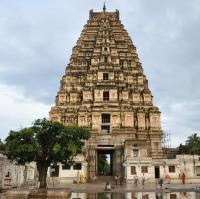 Gópura chrámu Virupaksha po dešti