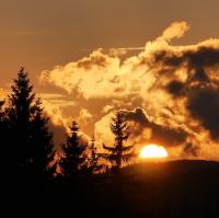 Západ slunce nad lesy