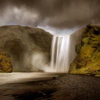 stopy Vikingů pod vodopádem Skógafoss na Islandu