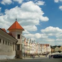 Pohled na náměstí v Telči od vstupní brány do zámku ...