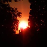 Sluneční paprsky zahalené v temnotě