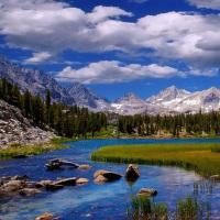 Zelen, obloha, hory, řeka....