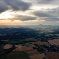 Západ slunce z horkovzdušného balonu nad Českým rájem.