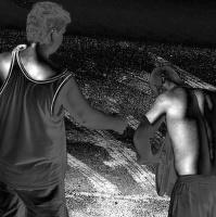 36 ve stínu -III – podaná ruka