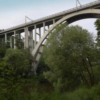 Most nad řekou