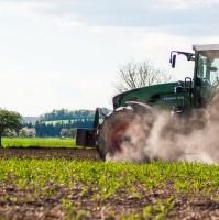 Traktor v prachu