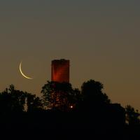 Zřícenina při východu měsíce slunce