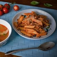 Domácí vaření - vývar + penne. Barvy Itálie